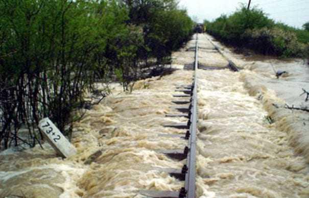 cale ferată inundată fenomene meteo nefavorabile Fenomene meteo extreme