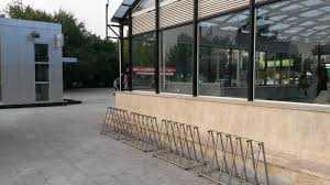 rastel pentru biciclete la metrou