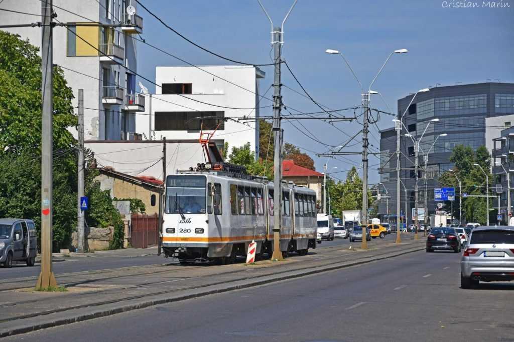 gazon între şinele de tramvai