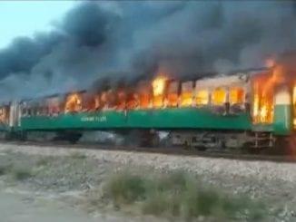 Tren în flăcări în Pakistan