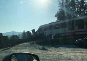 TIR s-a defectat pe calea ferată