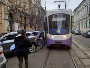 mașină care bloca circulația tramvaielor