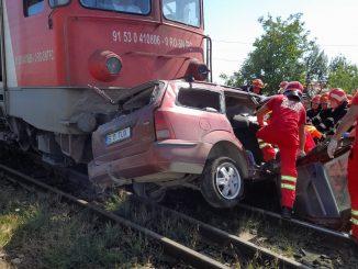 mașina a fost lovită de tren