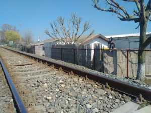 construcție lângă calea ferată