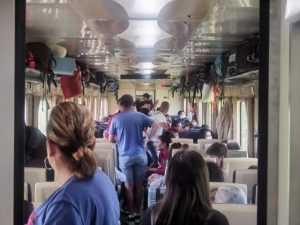 călători înghesuiți în vagoane